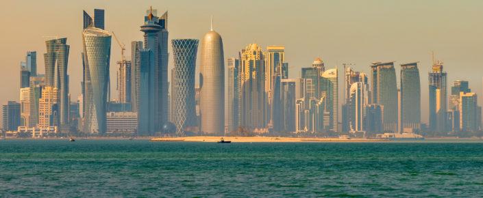 ما عزلة قطر إلا مثال على كيفية عرقلة السياسة في دول الخليج العربية للتنوع والتحوّل الاقتصاديين. فقد ظهر عددٌ من الرؤى القاضية بالتغيير بعيدًا عن النمو الذي تقوده الدولة ستؤمن فيها دينامية القطاع الخاص الجديدة